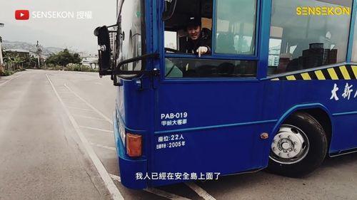 大客車輪胎在人的後面
