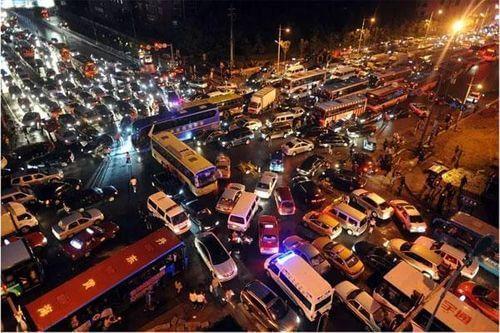 綠燈前面卻賭塞還直行導致交通混亂